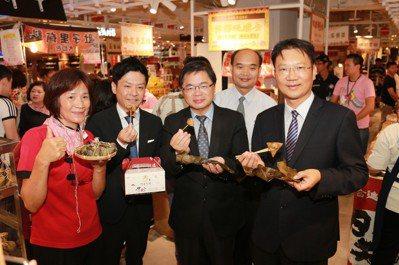 一連8天的展售會,匯集台南各地特色店家、百家好店等優質店家共同參與,台南市長李孟...