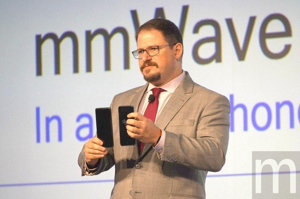 Qualcomm總裁Cristiano Amon右手所持即為5G手機參考設計原型...
