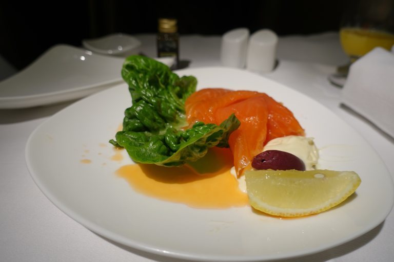 看看韓亞航空商務艙,這煙燻鮭魚(三文魚)沙拉還伴著鮮血? 圖文來自於:TripP...