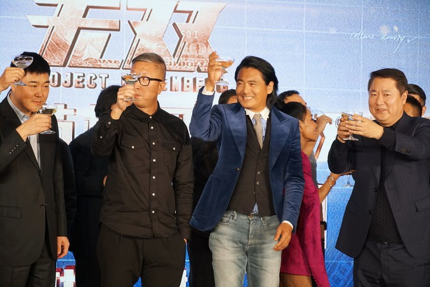 周潤發與「無雙」導演在北京慶功會上開香檳舉杯慶祝。圖/双喜提供