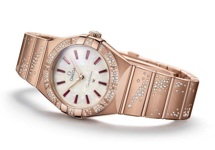 歐米茄星座系列曼哈頓腕表,18K Sedna™金表殼、表鍊,搭配蛋白石表盤及紅寶...