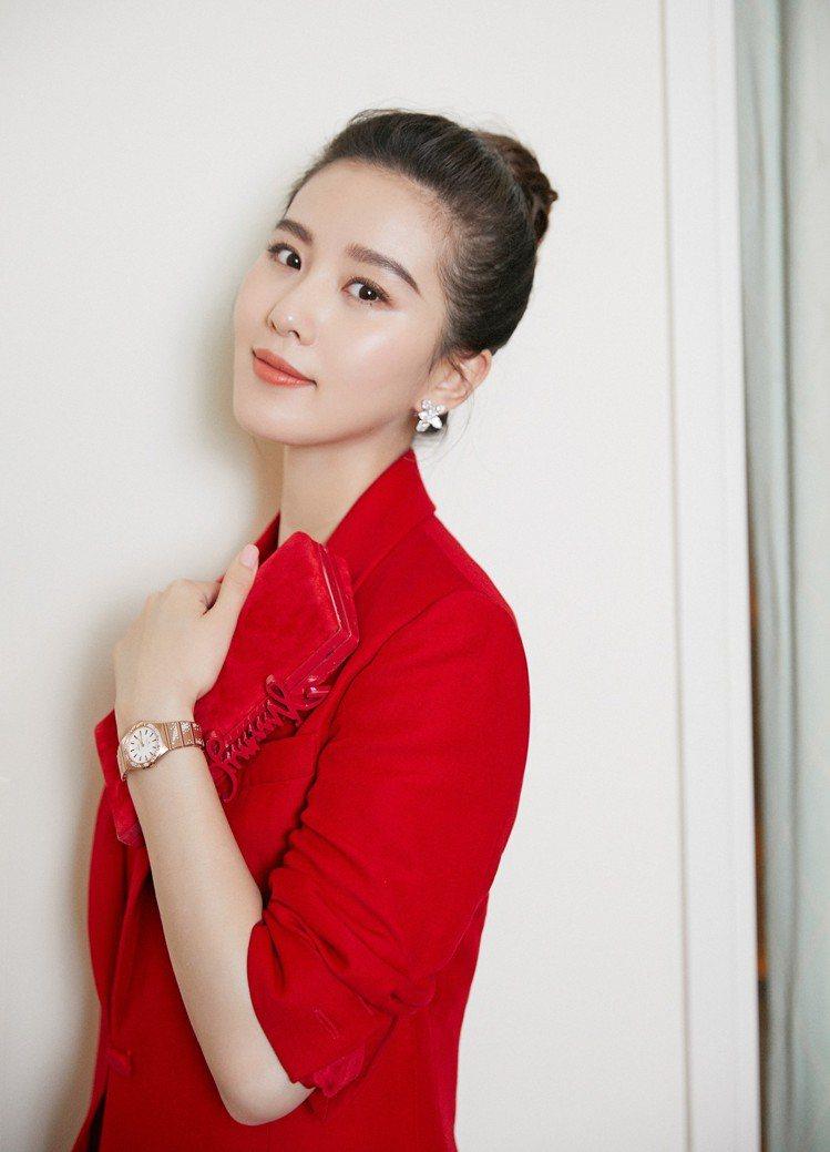 中國女星劉詩詩以紅色西服造型搭配歐米茄新款星座系列曼哈頓腕表。圖/OMEGA提供