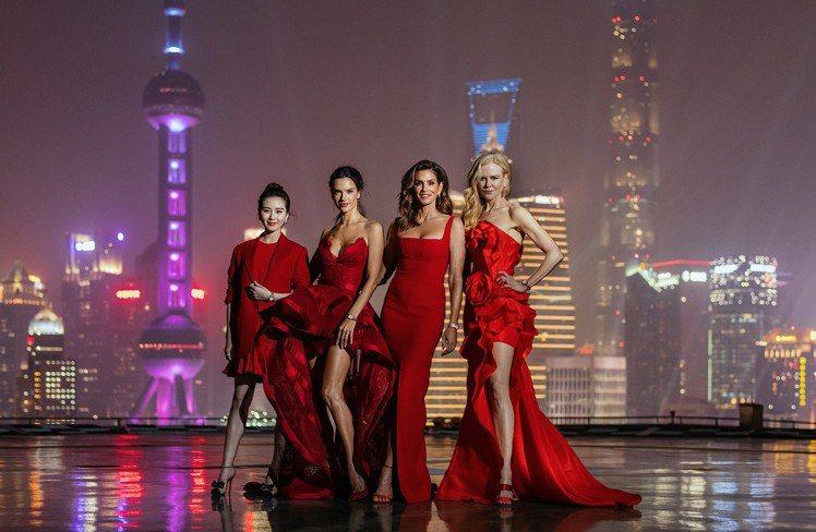 以上海著名的外灘夜景為背景,左起的劉詩詩、超模Alessandra Ambros...