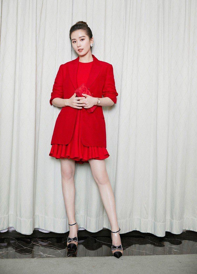 劉詩詩在品牌晚宴時穿著紅色套裝,刻意以外套遮住完整身形。圖/OMEGA提供
