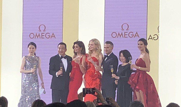 品牌晚宴的祝酒儀式,妮可基嫚、辛蒂克勞馥、超模Alessandra Ambros...