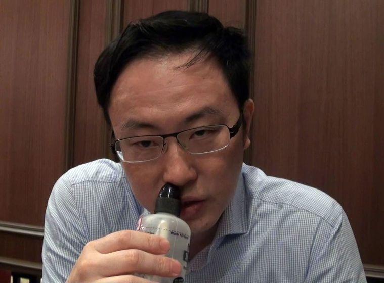 過敏性病炎患者鼻腔分泌物及鼻屎多,醫師黃耀璋(見圖)建議可以使用洗鼻器早晚各清洗...