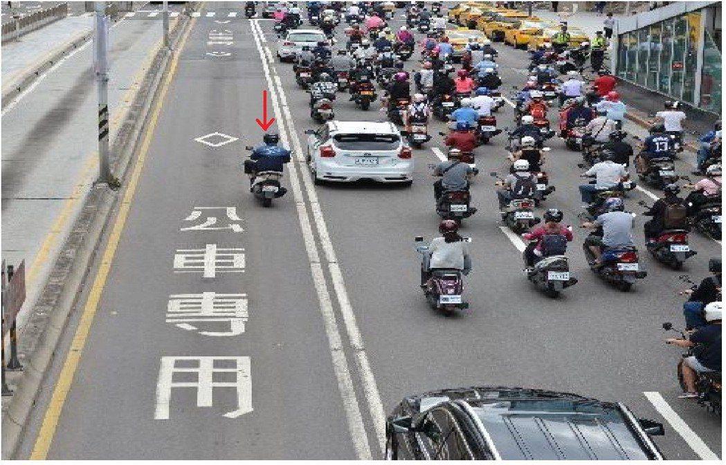 北市警方今年1到9月取締汽機車違規行駛公車專用道共有6906件。圖/交通警察大隊...