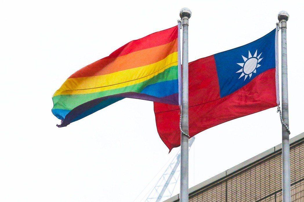 前幾年同志遊行當日,彩虹旗與國旗一同升起。報系資料照