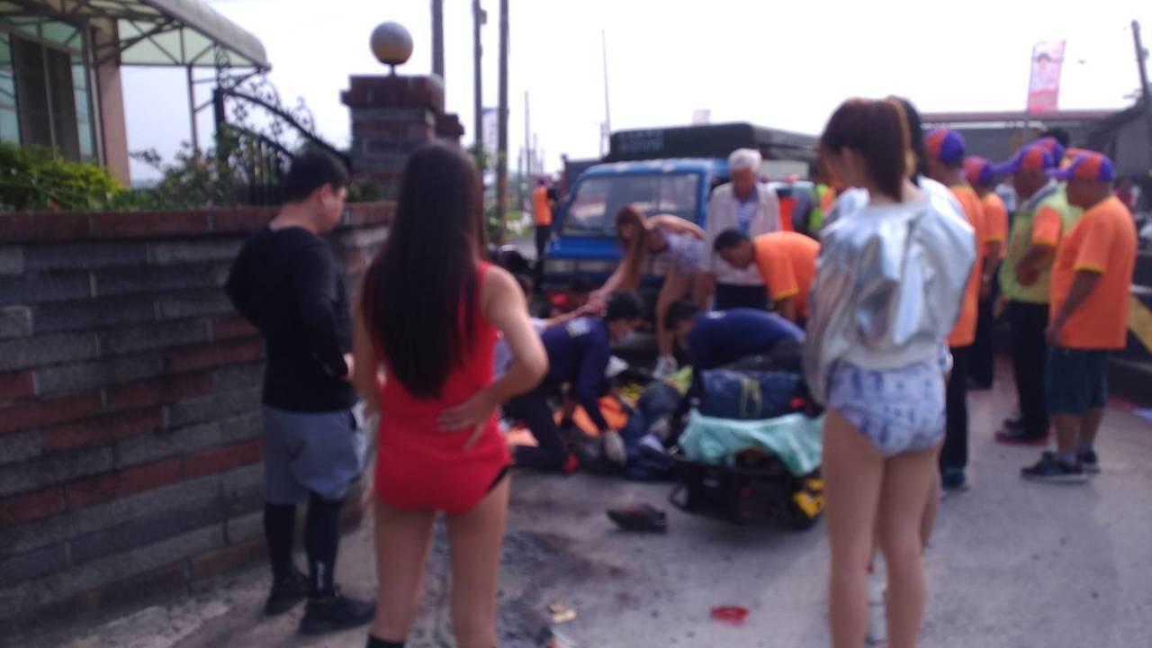 嘉義縣太保市過溝里瓦厝某間宮廟旁, 上午發生遶境隊伍遭一輛小貨車衝撞,有名鋼管女...