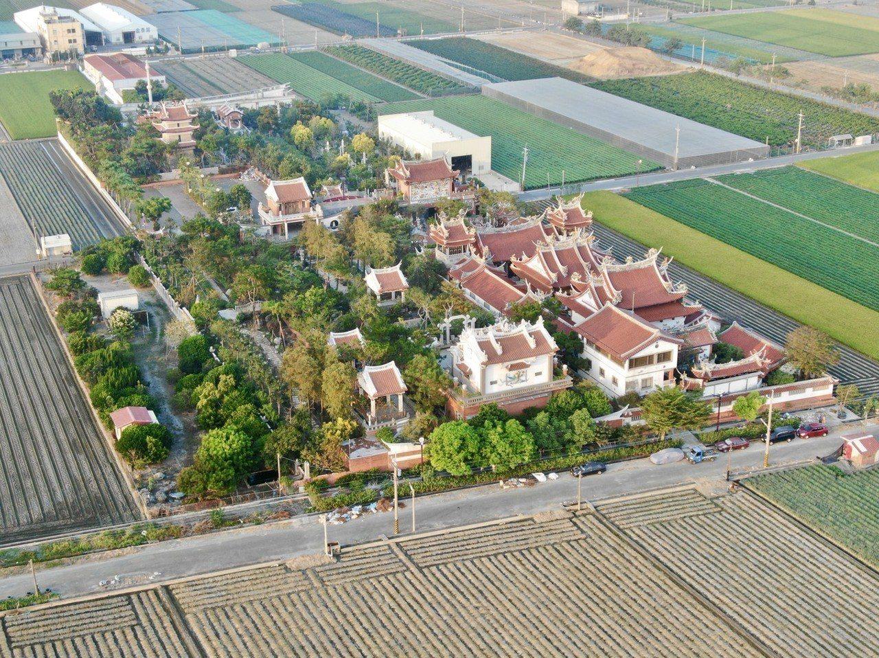 坐落在雲林農地重劃區上優良農地的某宮廟,農民指證是在10多年前蓋的,從「一座」不...