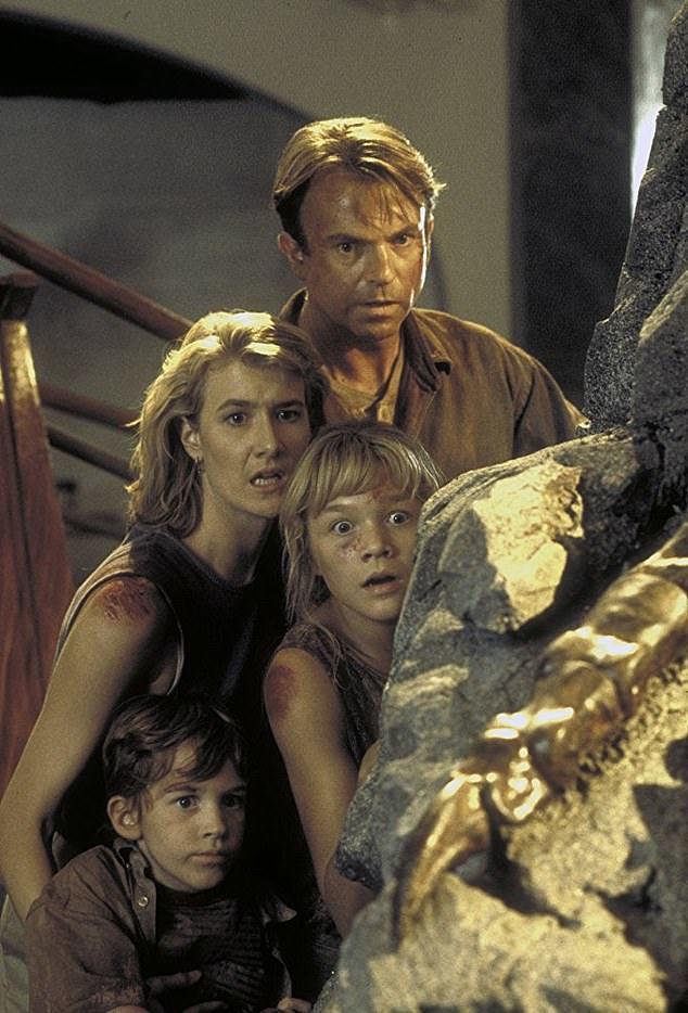 「侏羅紀公園」中約瑟夫馬札羅(左下)和姊姊、科學家們一起躲恐龍。圖/摘自imdb