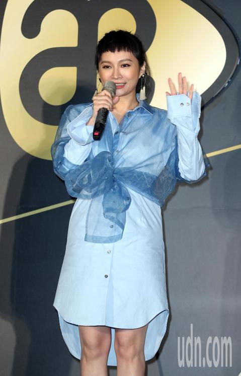 F.I.R.女主唱Faye詹雯婷離團後,積極展開個人音樂版圖,下午宣布加盟亞神音樂,師姐楊乃文到場為她站台