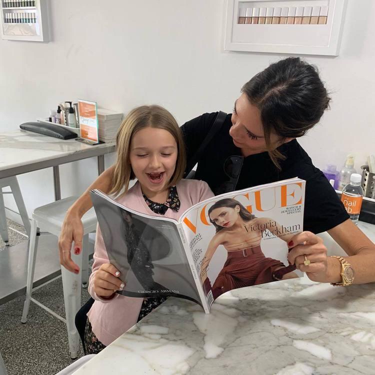 維多莉亞與女兒哈潑待在飯店房內讀著一家人接受專訪的雜誌。圖/摘自Instagra...
