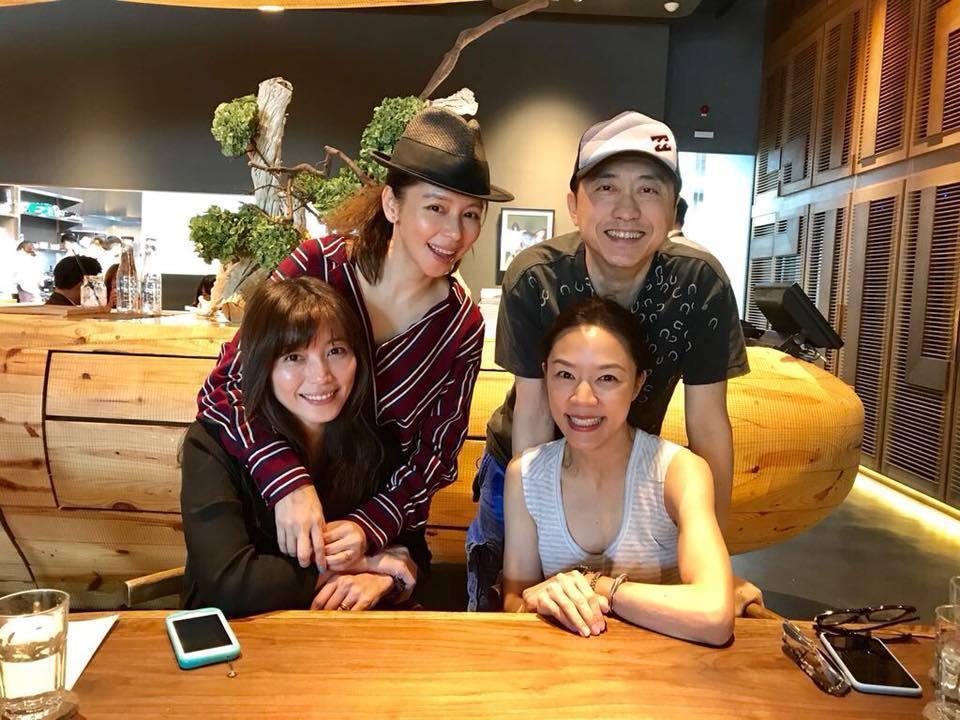 哈林(右後)、張嘉欣(右前)夫婦將迎接第二胎,去年和徐若瑄(左後)及友人聚餐。圖...