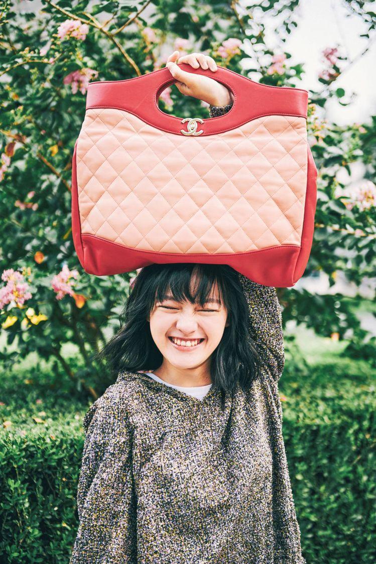 文淇以反差色混搭風格展示粉嫩色調包款,流露出搞怪甜美的少女氣息。圖/香奈兒提供