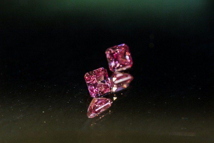 本次展覽中蒐羅30分到10克拉的上百件粉紅鑽商品,除了可以看到3顆超過10克拉的...
