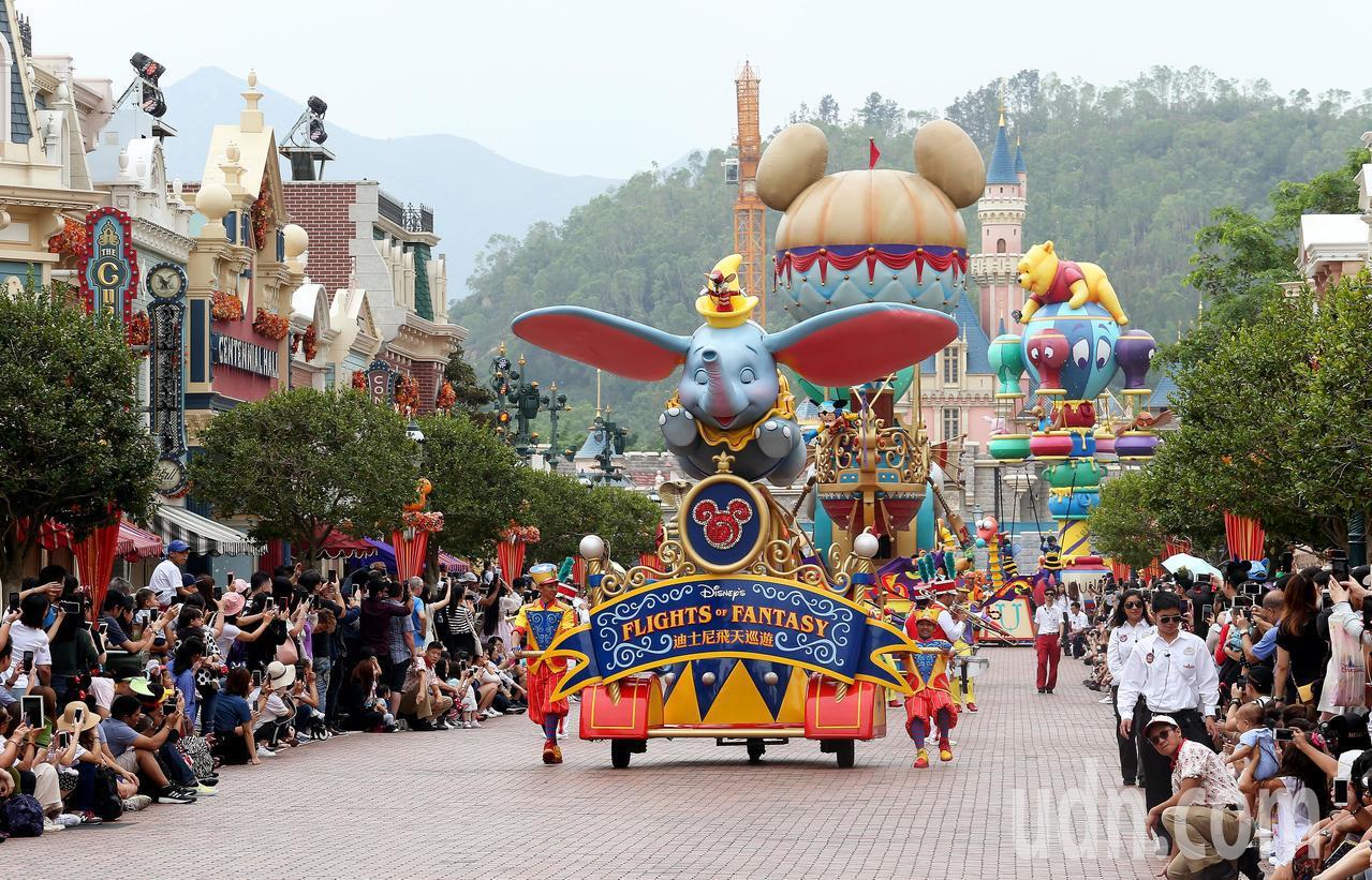 香港迪士尼樂園在美國小鎮大街舉行的大遊行,集合了米奇、米妮等眾多卡通人物,吸引所...