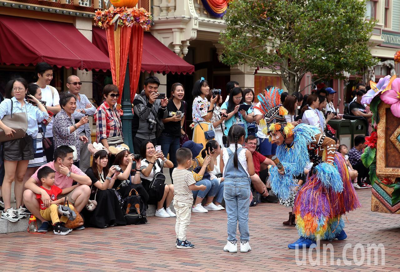 香港迪士尼樂園在美國小鎮大街舉行的大遊行,集合了米奇、米妮等眾多卡通人物。表演者...