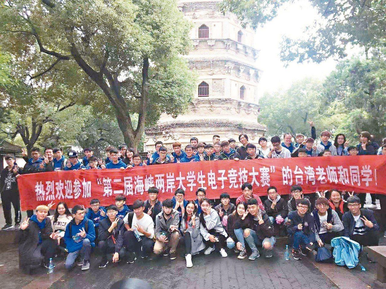 兩岸大學生在「吳中第一名勝」虎丘前,開心留影。 劉宗翰/攝影