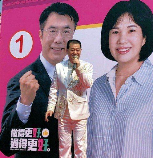 台語歌手蔡小虎為台南市議員郭秀珠競選總部成立連唱20多分鐘,有如小型演唱會。 記...