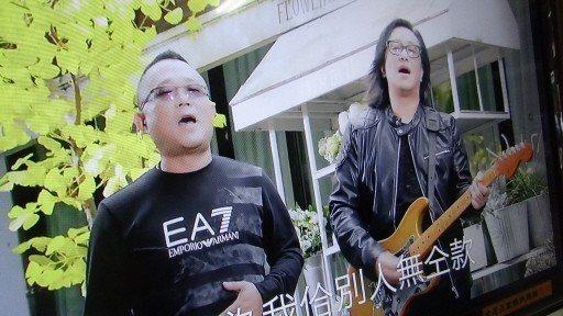 尋求連任的虎尾鎮民代表林武正(左)和台語金曲歌王合唱「當選」,還合拍MV,作為競...