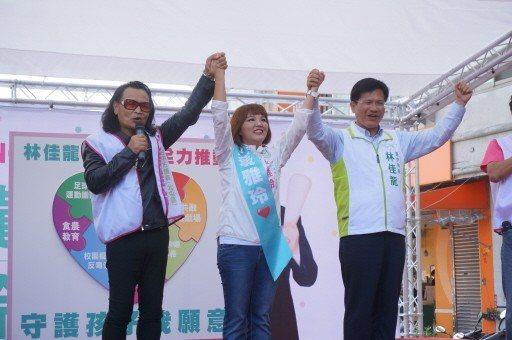 知名藝人沈文程(左)連挺蔡雅玲(中)選五屆議員,12年前也為台中市長林佳龍(右)...