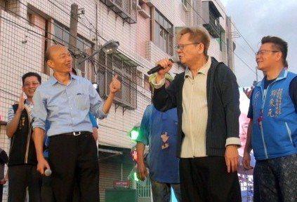 創作鬼才鄭進一(右二)把個人政治站台處女秀,獻給韓國瑜。 圖/聯合報系資料照片