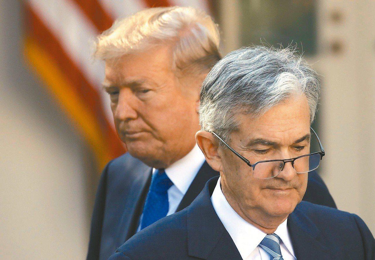美國總統川普(左)抨擊聯準會主席鮑爾(右)似乎樂於升息,須為拖累經濟成長負責。 ...
