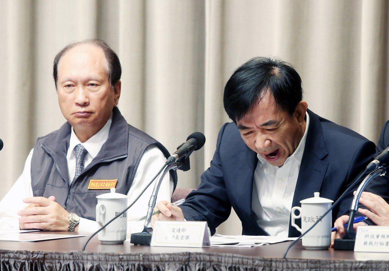 行政院今天舉行院會後記者會,交通部長吳宏謀(右)出席報告台鐵事故的因應,經過連日...