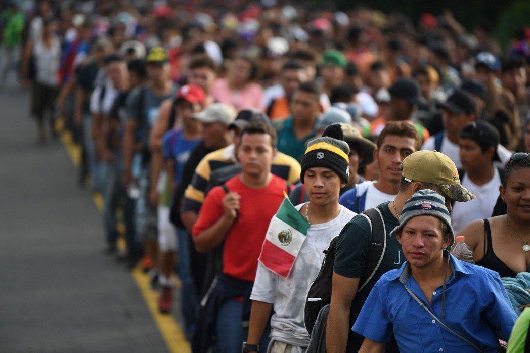 準備進入美國的中美洲移民人數已飆高至7千多人。 (法新社)