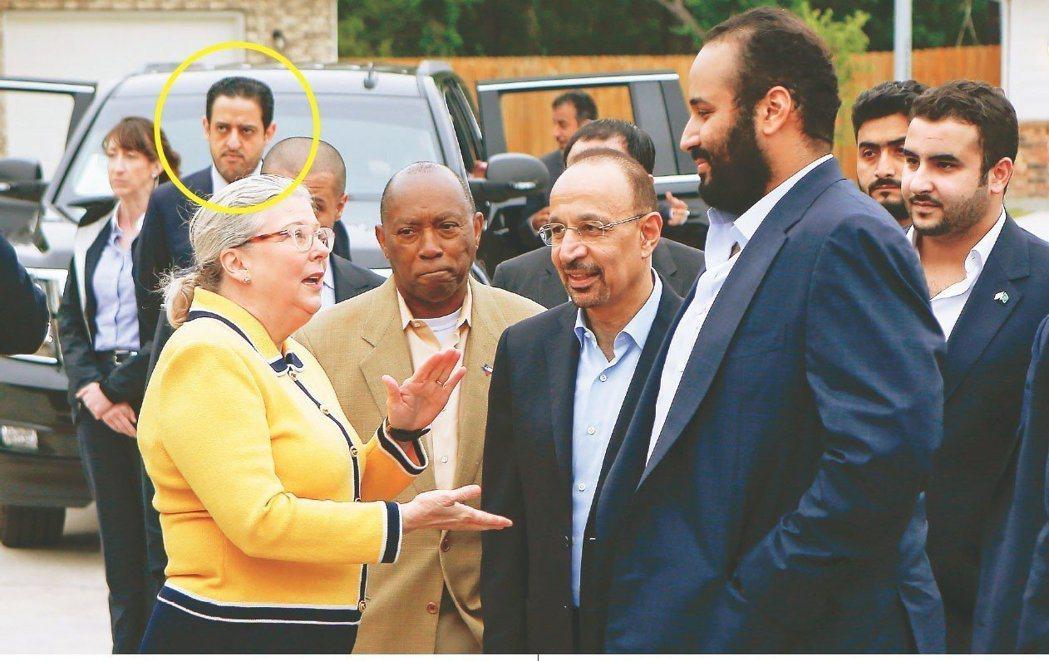 沙國王儲穆罕默德(前右)的隨行人員慕特(黃圈處),是殺害沙國記者哈紹吉的嫌疑人之...