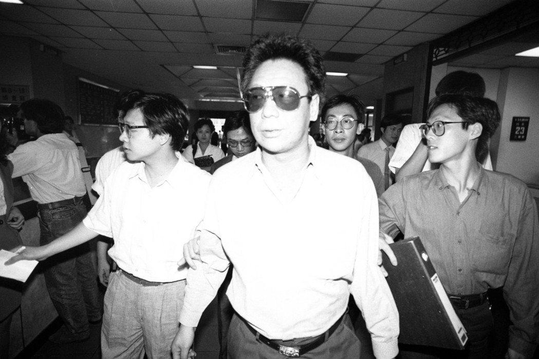 1990年5月,江南案涉案關係人帥嶽峰(戴墨鏡者),以在江南案中作偽證,赴台北地...