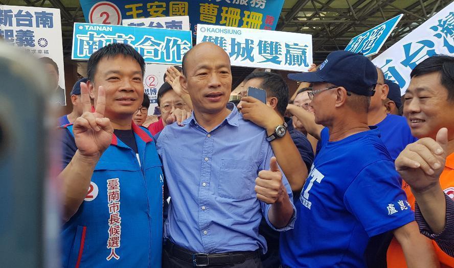 韓國瑜(左二)與高思博(左一)到眷村裡參加選舉活動,現場氣勢強強滾。圖/聯合報系...