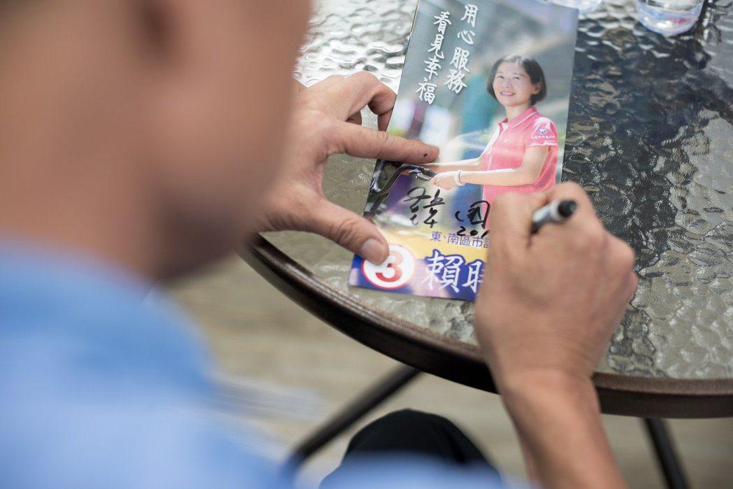 台中市議員候選人賴曉亭專程南下與韓國瑜合影,並在臉書粉絲專頁PO出韓在她宣傳冊簽...