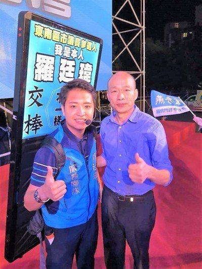 台中市議員候選人羅廷瑋(左)託人約了韓國瑜10多次,才見到面留下合影。圖/羅廷瑋...