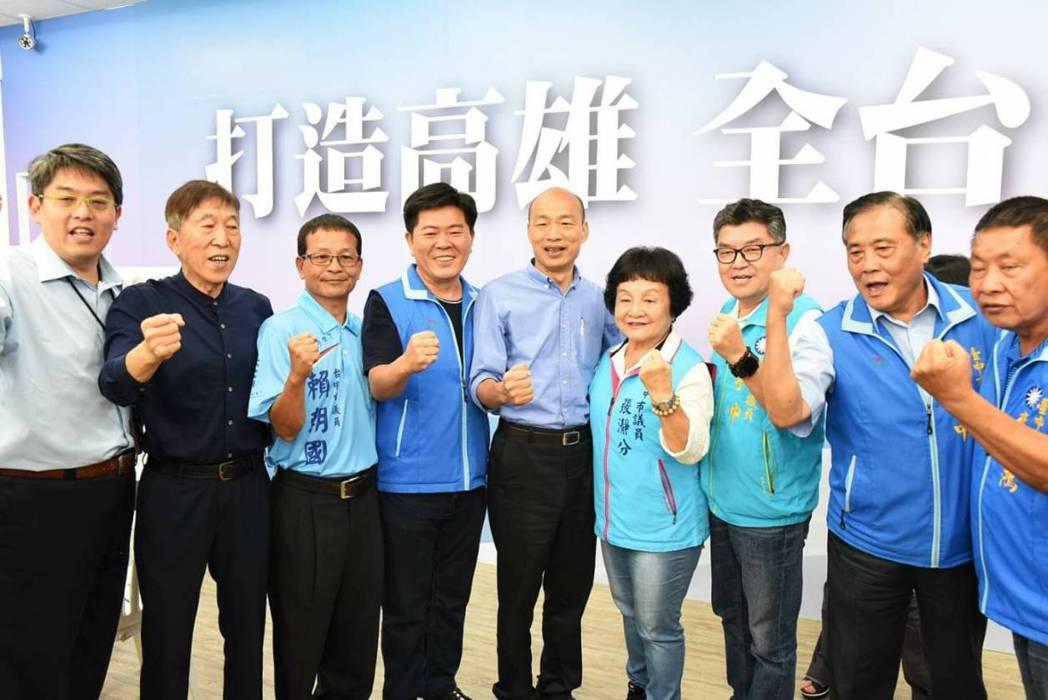 韓國瑜(右五)刮起旋風,國民黨台中市議員李榮鴻(右起)、楊正中、李中、張瀞分、陳...