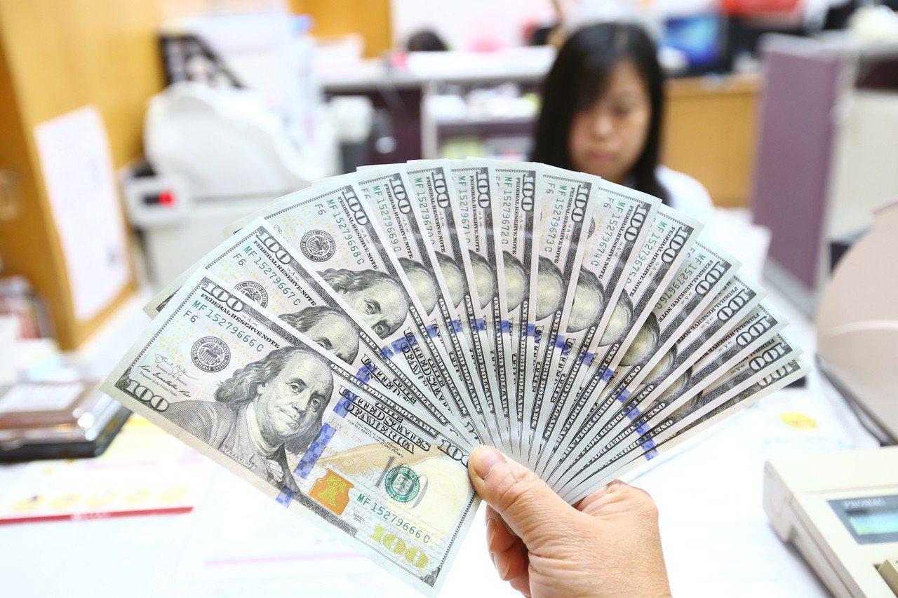 全球資金回流美國,銀行搶美元大作戰,推出高利定存方案。 聯合報系資料照/記者陳柏...