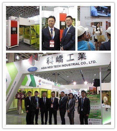 大批客戶受到新產品(左上)吸引,湧進科嶠攤位,總經理吳明致、副總林豐正(上圖中)...