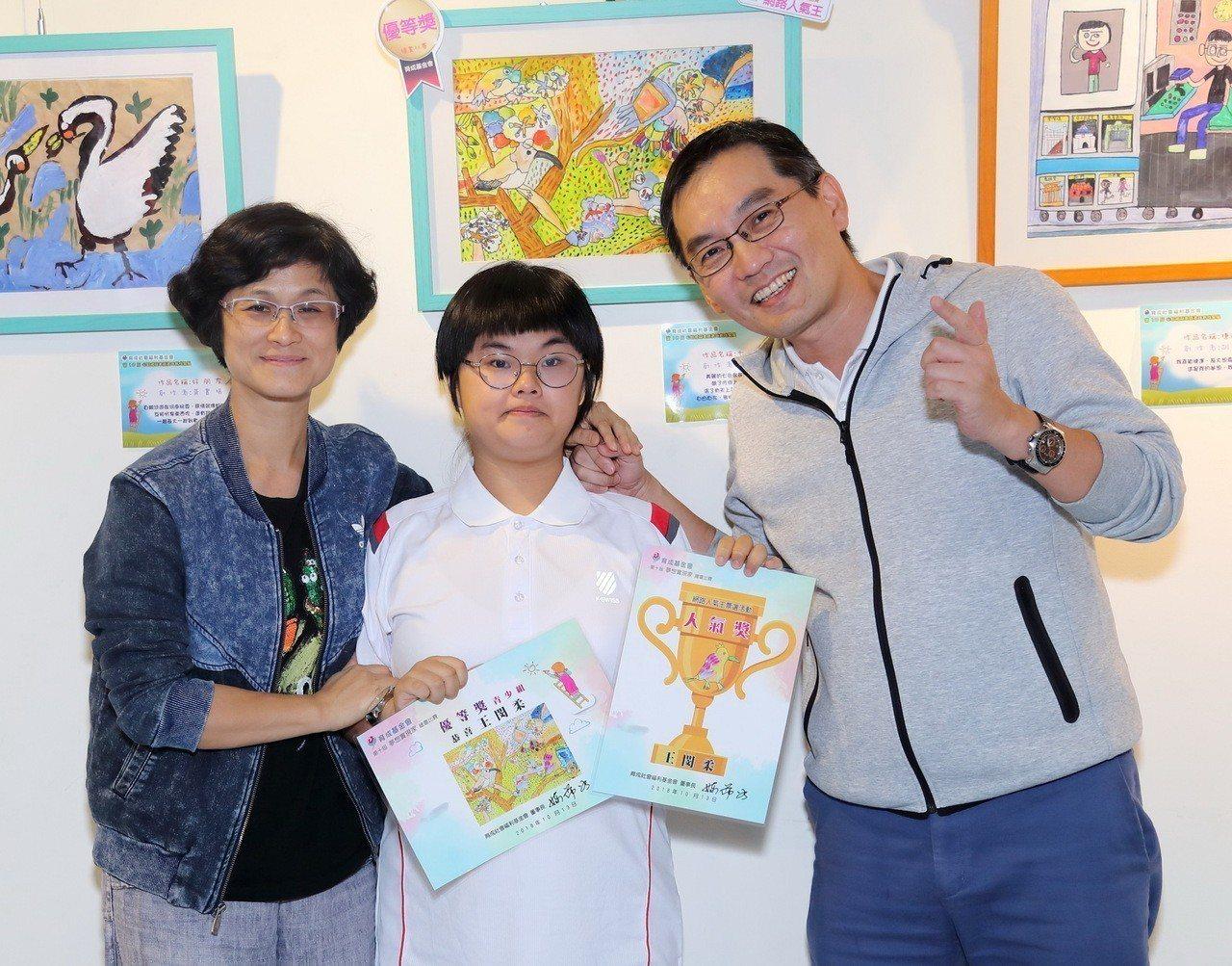得獎小畫家與家人分享榮耀開心合影。 中壽/提供