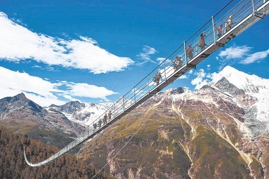全球最長行人吊橋「歐洲大橋」是徒步旅行者欣賞馬特洪峰的絕佳地點。 美聯社