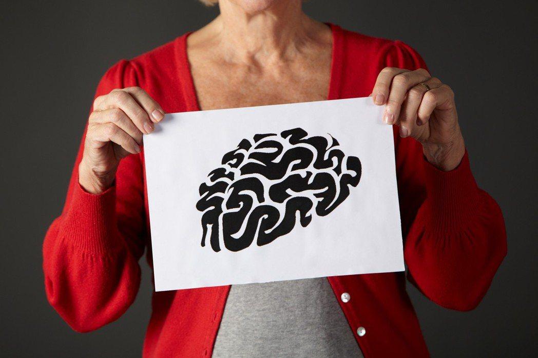 根據衛生福利部統計,全台目前約有27萬名失智症患者,每年平均以1萬人的速度增加,...