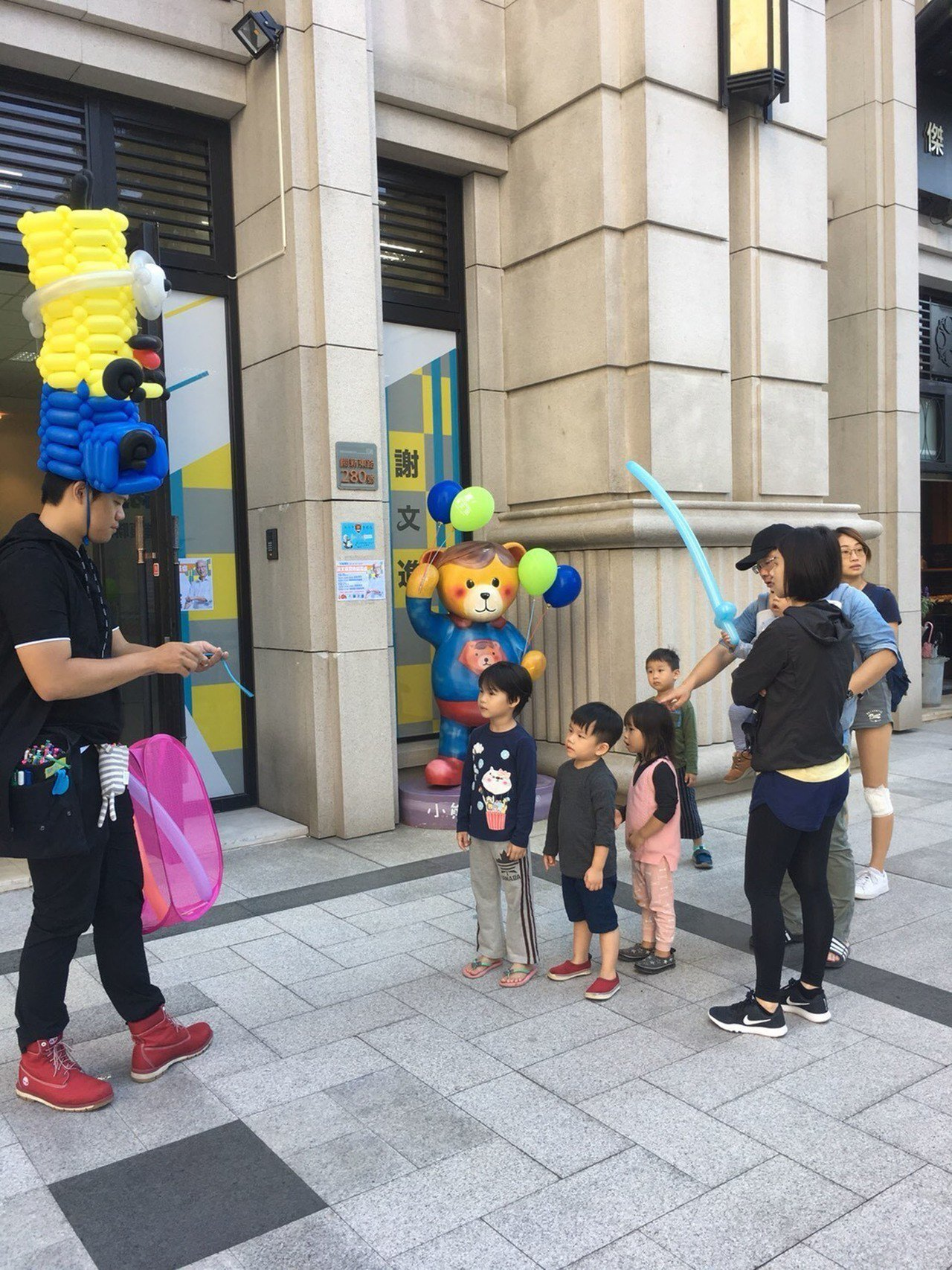 無黨籍新竹市長參選人謝文進競選總部25日表示,氣球是小朋友們的最愛,近期每個週末...