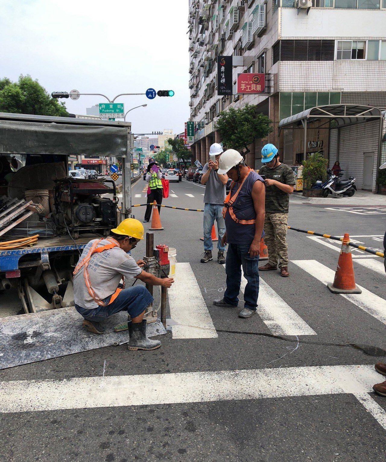 日本Geo Search技術團隊日前以透地雷達探查車探測台南市多條道路後,25日...