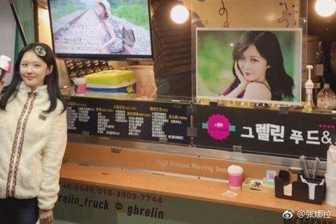 張娜拉2002年演出「開朗少女成功記」紅遍全亞洲,如今已37歲的她凍齡美貌依舊。最近,她在社交網站上曝光等待新劇《皇后的品格》片場照。照片中,張娜拉梳著古裝髮型,還對著鏡頭甜笑,僅管已37歲,但她白...