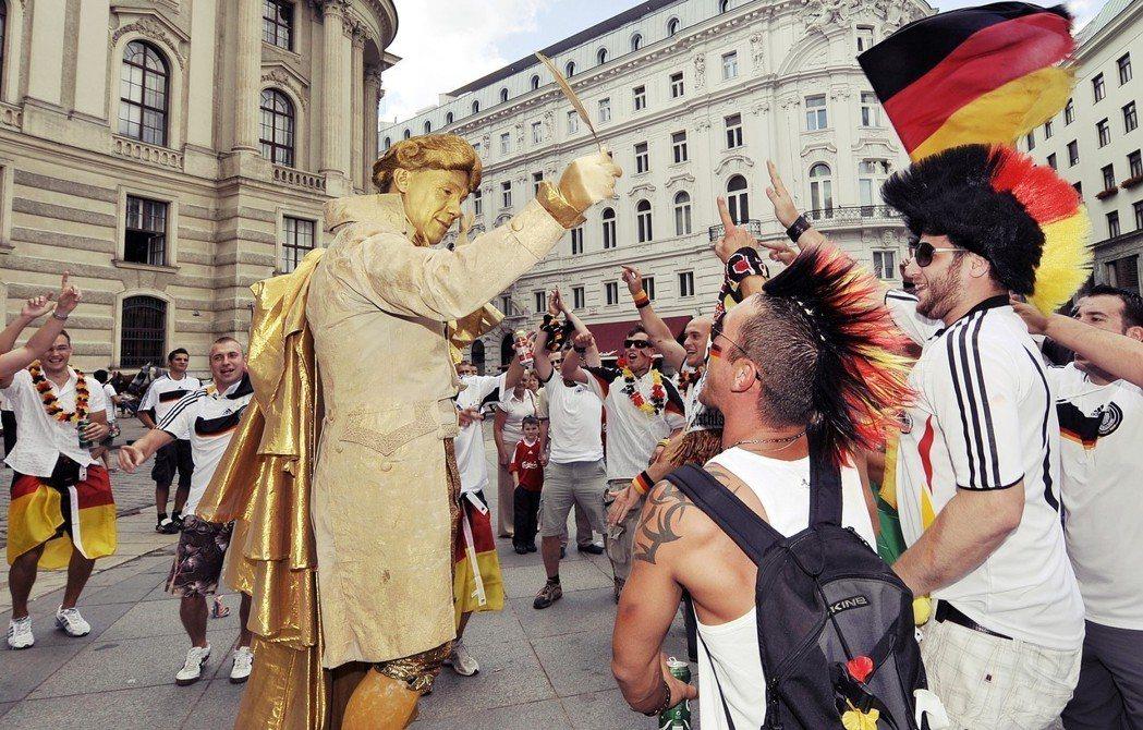 「德國人Out!」奧地利與德國的關係,遠非世人以為的「德奧一家親」。圖為維也納街...