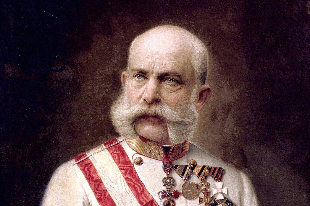 哈布斯堡王廷被視為穩定的神話、秩序的象徵。垂垂老矣的皇帝法蘭茲.約瑟夫一世,儘管...