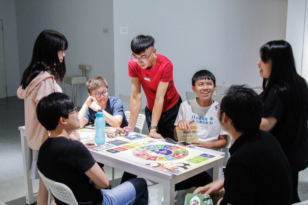 在「永續發展行動任務」中,青年們透過全台第一個結合永續發展理念的益智桌遊,初步認...