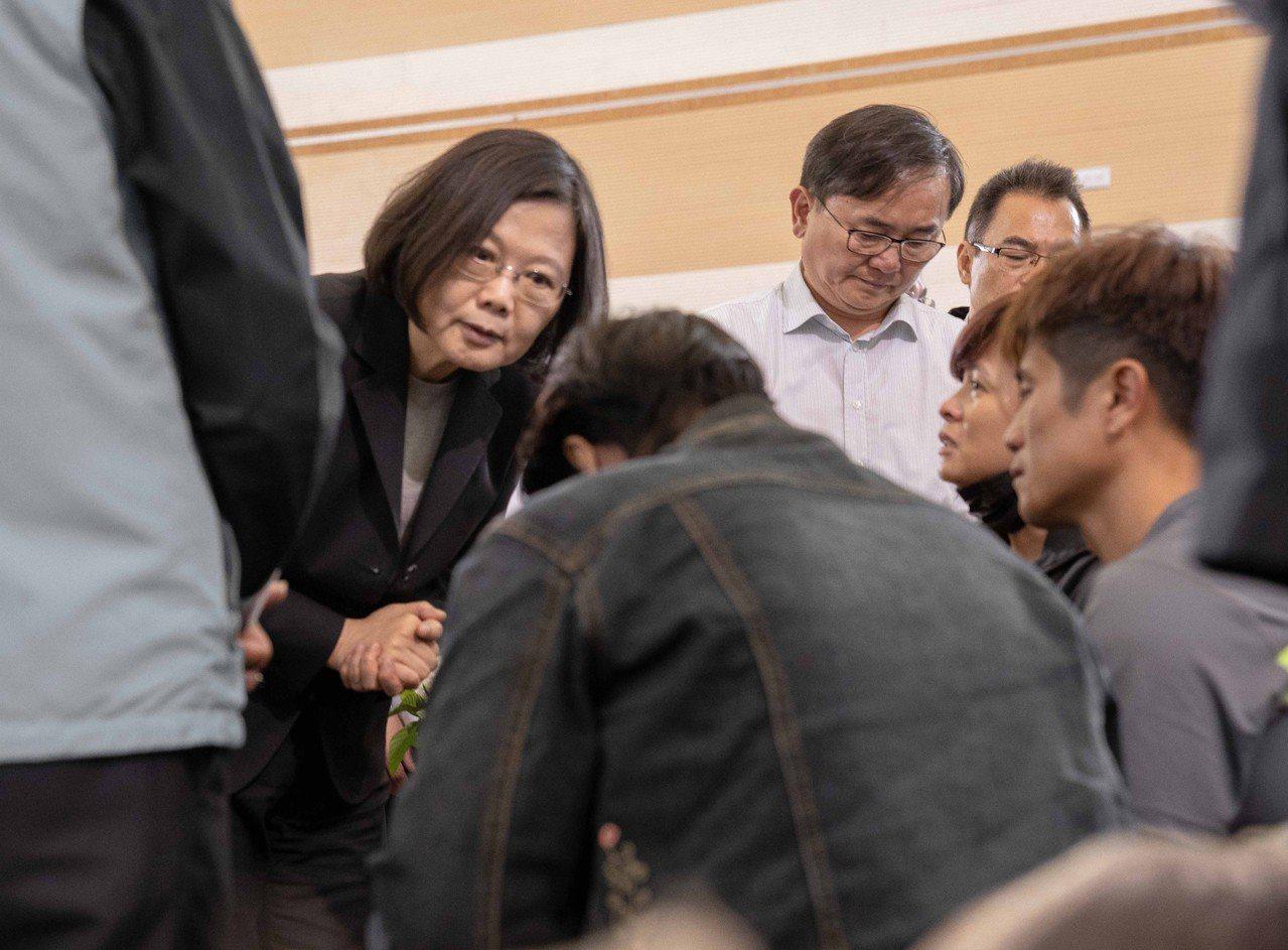 總統蔡英文(後左)24日到台東向普悠瑪列車事故罹難者拈香,並一一向家屬慰問致意。...