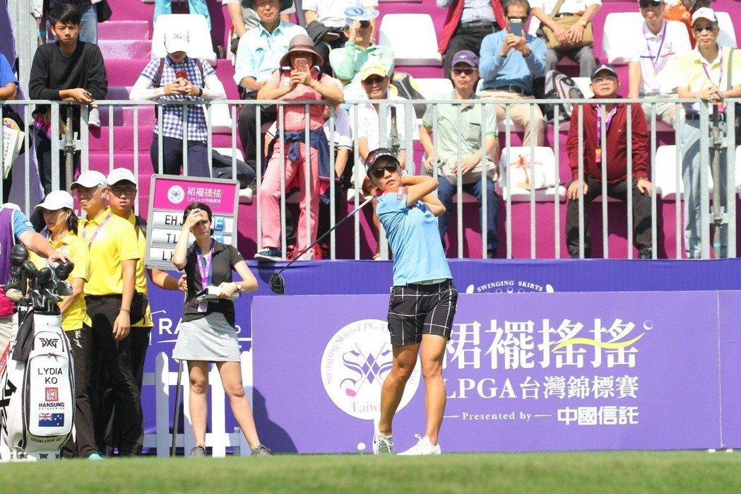 「2018裙襬搖搖LPGA台灣錦標賽」開打。圖為台灣一姐盧曉晴開球現場盛況。  ...