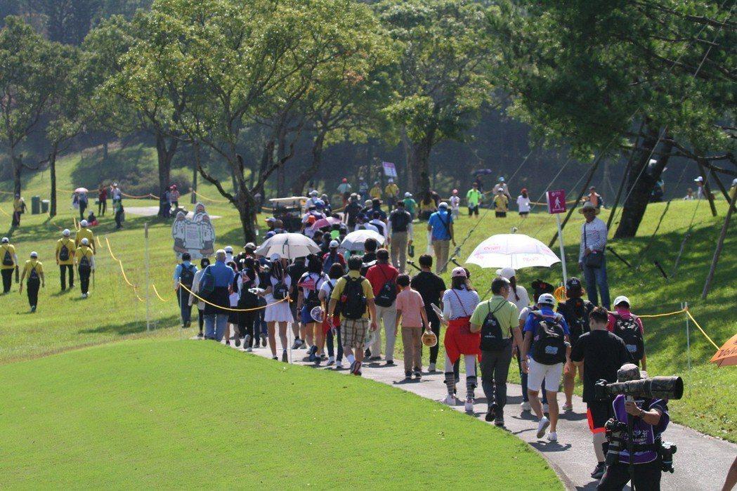 天氣晴朗怡人,球友、民眾們不妨前往大溪球場為選手加油。   裙襬搖搖高爾夫基金會...